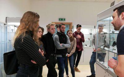 Uczniowie w Pracowni Muzeum Ziemii
